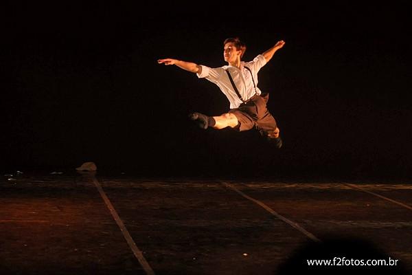 Ex aluno do projeto social dançar a vida dá dicas para melhor a pirueta!